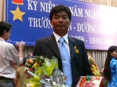 Trao ky niem chuong cho ong Ly Viet Cuong