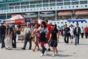 Tàu chở hơn 1.800 du khách cập cảng Chân Mây