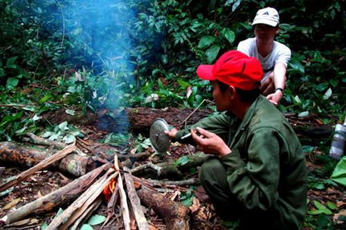 Nhóm lửa chuẩn bị bữa ăn trong rừng