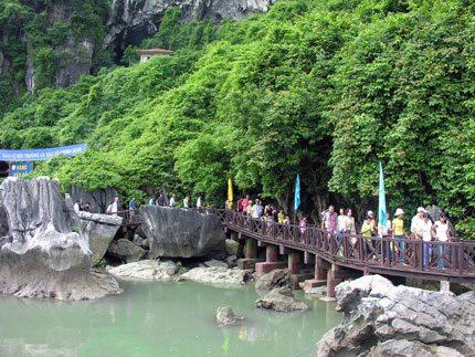 Khach du lich tham quan hang dong Ha Long