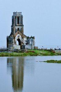 Thăm nhà thờ đổ bên bờ biển Hải Hậu