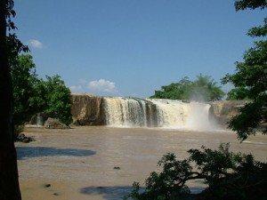 """3 dòng thác tuyệt đẹp từ sông """"chảy ngược"""""""