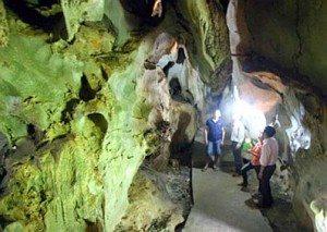 Kỳ bí hang động trên đảo Cát Bà
