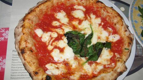 Bánh pizza - đặc sản nước Ý - Ảnh: businessinsider.com