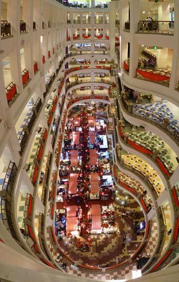 Bên trong một trung tâm mua sắm ở Malaysia.