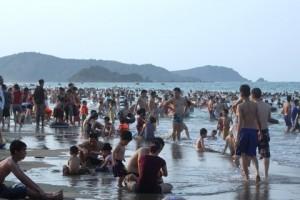 Hàng vạn người đổ xô về biển Cửa Lò du lịch