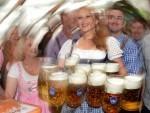 Khach tham gia le hoi bia o Duc