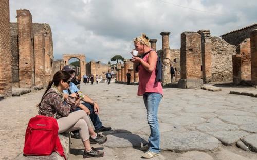 Cham vao moi thu o Pompeii