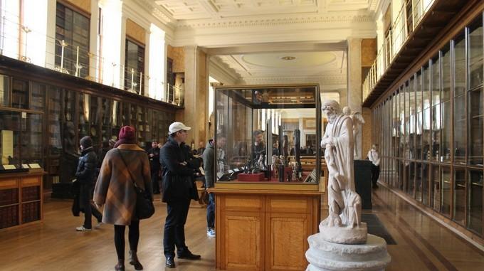 Du khach tham quan bao tang Brisitsh Museum