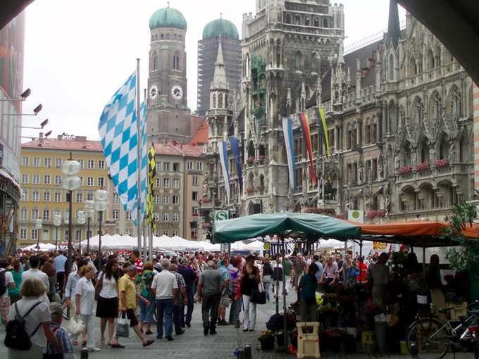 Du khach o quang truong  Marienplatz