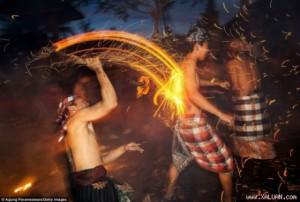 Rùng mình trước lễ hội ném lửa ở Indonesia